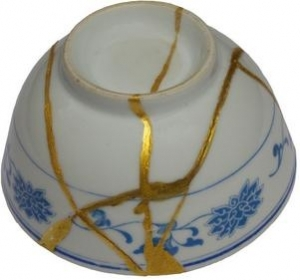 Tea bowl with gold kintsugi fillings